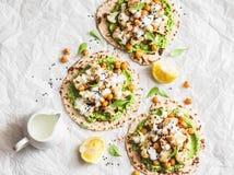 Glutenu bezpłatny flatbread z piec chickpeas, kalafior i avocado, zamaczamy na lekkim tle, odgórny widok zdrowe jedzenie wegetari obrazy stock