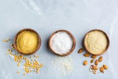 Glutenu bezpłatny migdał, kukurudza, ryżowa mąka na stole zdjęcie royalty free