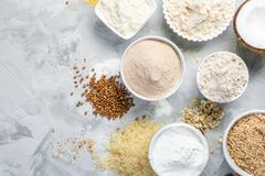 Glutenu bezpłatny pojęcie - wybór alternatywne mąki i składniki fotografia royalty free