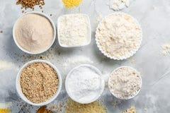 Glutenu bezpłatny pojęcie - wybór alternatywne mąki i składniki obrazy royalty free