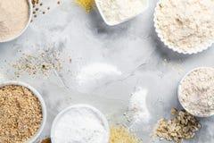 Glutenu bezpłatny pojęcie - wybór alternatywne mąki i składniki zdjęcia stock