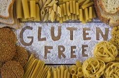 Glutenu bezpłatny słowo z drewnianym tłem zdjęcie royalty free