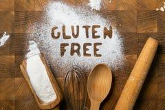 Glutenu bezpłatny wypiekowy pojęcie - tekst z kuchennymi utencils, jajka, mleko, masło obraz royalty free