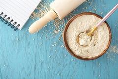 Glutenu bezpłatny wypiekowy tło z quinoa mąką obrazy royalty free