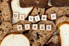 Glutenu chleba tekst Pokrojony chleb na wierzchołku stół, gluten uwalnia pojęcie Domowej roboty glutenu bezpłatny chleb dla ludzi obraz stock