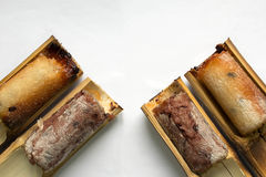 Glutineuze die rijst in bamboe vier-stuk wordt geroosterd op een witte backgroun Stock Afbeeldingen