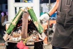 Glutineuze rijst die in bamboeverbindingen wordt geroosterd stock afbeeldingen