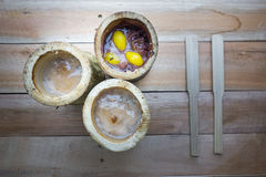 Glutineuze rijst die in bamboeverbindingen wordt geroosterd Stock Afbeelding