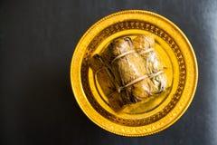Glutineuze rijst die in banaanblad wordt gestoomd Stock Foto