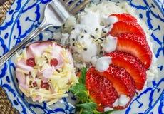 Glutineuze rijst met aardbeien Stock Afbeelding