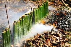 Glutinous рис зажаренный в духовке в бамбуковых соединениях Стоковые Фото