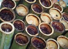 Glutinous рис зажарил в духовке в бамбуковых соединениях, тайской еде Стоковые Фото