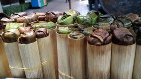 Glutinoys ris som bakas i bambucylinder Arkivfoton