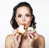 Glutonaria. A jovem mulher engraçada com fome come avidamente C Imagem de Stock Royalty Free