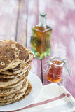 Glutten-vrije pannekoeken met jam en Ahornstroop, bio gezonde ingrediënten, op keukenachtergrond Royalty-vrije Stock Afbeeldingen
