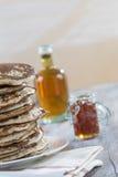 Glutten-vrije pannekoeken met jam en Ahornstroop, bio gezonde ingrediënten, op wit Royalty-vrije Stock Foto's