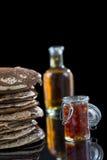 Glutten-vrije pannekoeken met jam en Ahornstroop, bio gezonde ingrediënten, op zwarte Royalty-vrije Stock Foto's