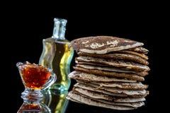 Glutten-vrije pannekoeken met jam en Ahornstroop, bio gezonde ingrediënten, op zwarte Stock Foto's