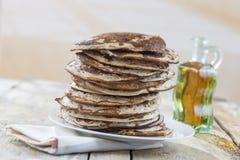 Glutten-vrije pannekoeken met jam en Ahornstroop, ingrediënten, achtergrond Royalty-vrije Stock Afbeeldingen