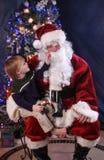 Gluur bij Kerstman Stock Foto