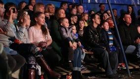 Glybokaya, Ukraine 27. März 2016 Zuschauer passen die Halle auf stock video footage