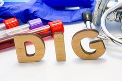 Glycoside cardiotonique de Digoxin de moyen d'abrégé de FOUILLE avec des tubes de laboratoire avec le sang et le stéthoscope Util images stock