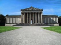 Glyptothek von München Leute stehen nahe bei dem Museum still lizenzfreie stockfotos
