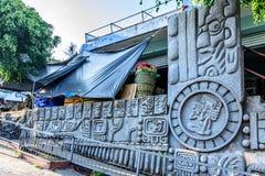 Glyths do Maya na fachada do mercado, San Juan la Laguna, lago Atitlan, Guatemala foto de stock