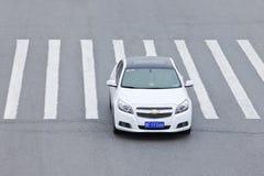 GM薛佛列横渡斑马道路,北京,中国的克鲁兹 免版税库存照片