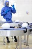 GM0 - μηχανικός που παρουσιάζει xxl αυγά μεγέθους στη γραμμή παραγωγής Στοκ Φωτογραφία