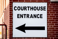 Gmachu sądu znak na ceglanym domu Zdjęcia Stock