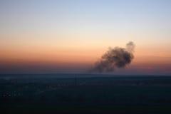 Gmatwanina dym na horyzoncie przy zmierzchem Zdjęcia Stock