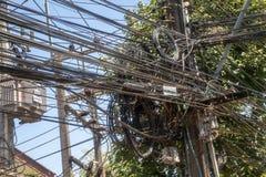 Gmatwanina elektryczni druty zdjęcia stock