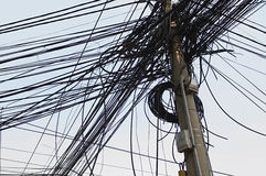 Gmatwanina Elektryczni druty na władza słupie Zdjęcia Stock