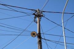 Gmatwanina elektryczność i teletechniczni kable, telewizyjne anteny w Kavaje, Albania Zdjęcia Royalty Free