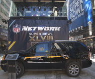 GMC SUV in de voorzijde van NFL-Netwerkuitzending plaatst op Broadway tijdens de week van Super Bowl XLVIII in Manhattan Stock Foto