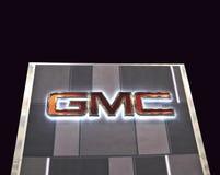 GMC-teken op zwarte Achtergrond wordt geïsoleerd die royalty-vrije stock afbeelding