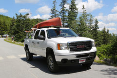 GMC-vrachtwagen met kajak in het Nationale Park dat van Acadia wordt geladen Royalty-vrije Stock Afbeeldingen