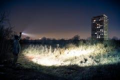 Gmeranie z latarką - miastowy poszukiwanie Obrazy Royalty Free
