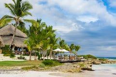 Gömma i handflatan och den tropiska stranden i tropiskt paradis. Sommartid som är holyday i Dominikanska republiken, Seychellerna  Royaltyfria Bilder
