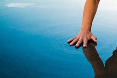 Gömma i handflatan på yttersidan av vatten Royaltyfria Foton