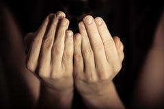 Gömma i handflatan upp i bön Royaltyfri Bild