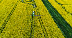 GMO åkerbruk bakgrund Traktor som besprutar fältet med bekämpningsmedel lager videofilmer