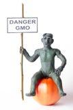 GMO-Konzeptgefahrenzahl eines Mannes Stockfotos