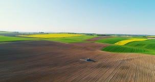 GMO livsmedelsproduktion Traktor som besprutar fältet med kemikalieer lager videofilmer
