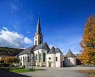 Gmuend的Hstorical中心在有哥特式教区教堂的Kaernten 奥地利 库存图片
