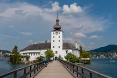 GMUNDEN, ÁUSTRIA, - 3 DE AGOSTO DE 2018: Gmunden Schloss Ort ou Schloss Orth no lago Traunsee na cidade de Gmunden imagem de stock