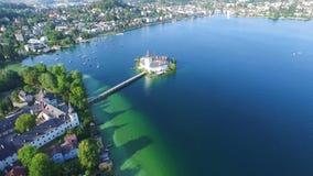 Gmunden, Austria attraverso dalla parte principale della città È situato accanto al lago Traunsee sul fiume di Traun ed è archivi video
