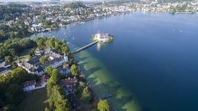 Gmunden, Austria przez od głównej części miasto Ja lokalizuje obok jeziornego Traunsee na Traun rzece i jest obrazy royalty free