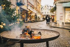 Gmunden, Autriche - décembre 2017 : Les rues de ville de Gmunden ont décoré images stock